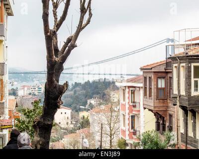 Vieilles maisons traditionnelles à Üsküdar, District d'Istanbul avec vue sur le pont du Bosphore en arrière-plan, Banque D'Images
