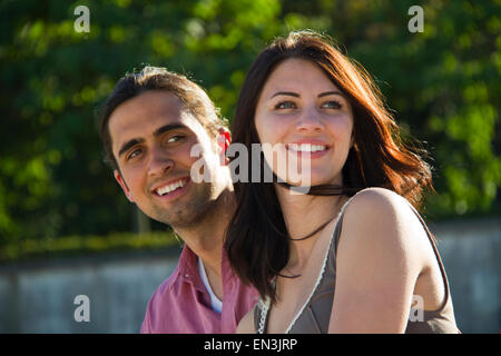 France, Paris, Young couple looking away Banque D'Images