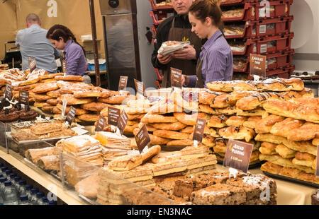 Des pâtisseries et des gâteaux pour la vente et pour l'événement en Angleterre. Banque D'Images