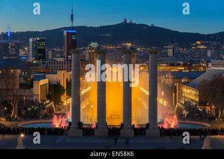 Nuit spectacle léger à fontaine magique ou Font Magica situé à Montjuic, Barcelone, Catalogne, Espagne Banque D'Images