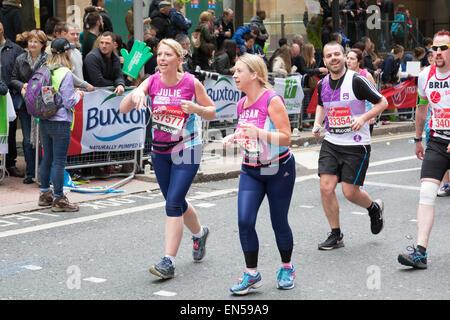 Bulletin CLIC Sargent charité et porteur, tournant à la Virgin Money 2015 Marathon de Londres Banque D'Images