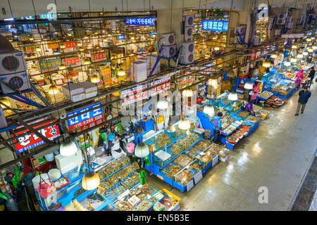 Vue aérienne d'acheteurs au marché de gros de la pêche Noryangjin à Séoul, Corée du Sud. Banque D'Images