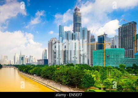 Guangzhou, Chine construction immeuble de bureaux moderne sur la rivière des Perles. Banque D'Images