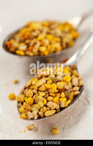 Bee pollen sur cuillères vintage Banque D'Images