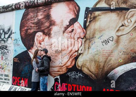 East Side Gallery, par de l'ancien mur de Berlin, peint par les artistes forment tout autour du monde, open air Banque D'Images