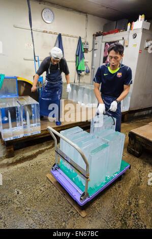 Coupe-glace au travail, au Japon. Certains emplois sont toujours fait le traditionnel, de main-d'œuvre. Le travail Banque D'Images