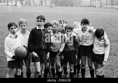 Les jeunes probationnaires de l'abbaye de Westminster Choir School, âgés de huit à dix ans, étouffée dans la boue après une dure partie nulle sur le terrain de sport Vincent Square à Westminster, Londres. 29 novembre 1972.