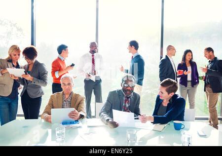 Groupe de gens d'affaires de discuter dans le bureau Banque D'Images