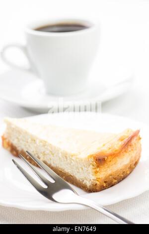 Coin de cheesecake au dessert fourchette et tasse de café. Restaurant Petit déjeuner historique Banque D'Images