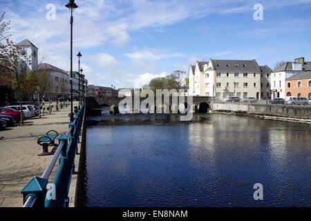 La rivière Garavogue river qui traverse la ville de Sligo et le pont en arc de pierre république d'Irlande Banque D'Images