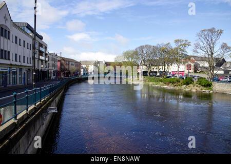 La rivière Garavogue river qui traverse la ville de Sligo en république d'Irlande Banque D'Images