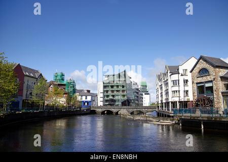 La rivière Garavogue river qui traverse la ville de Sligo et hyde bridge république d'Irlande Banque D'Images