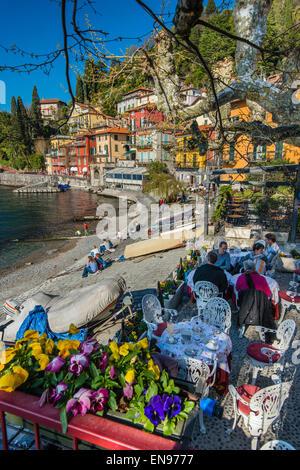 Café en plein air à Varenna, Lac de Côme, Lombardie, Italie Banque D'Images