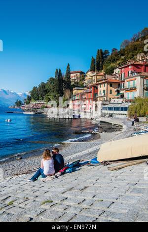 Les touristes regardant le lac à Varenna, Lac de Côme, Lombardie, Italie Banque D'Images