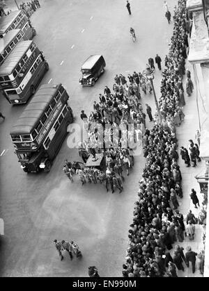 Veille de la fête de la victoire à Londres à la fin de la Seconde Guerre mondiale. Les étudiants de l'University Banque D'Images