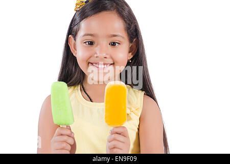 1 Les enfants indiens de l'avidité de fille de la crème glacée Banque D'Images