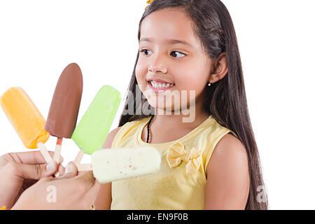 2 Les enfants indiens de l'avidité de fille de la crème glacée Banque D'Images