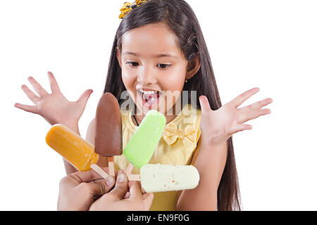 2 Les enfants indiens de l'avidité de fille de la crème glacée surprenant Banque D'Images