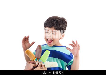 2 enfants garçons indiens Cris de crème glacée La cupidité Banque D'Images
