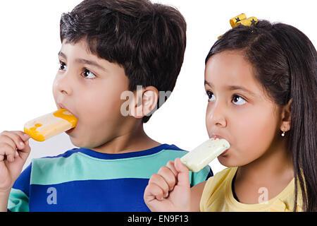 2 Les enfants indiens friends Eating Ice Cream Banque D'Images