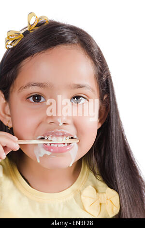 1 Les enfants indiens girl Eating Ice Cream Banque D'Images