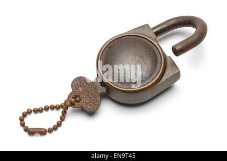 Ancienne clé avec cadenas ouvert isolé sur fond blanc. Banque D'Images