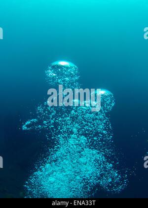 Un plongeur de bulles monte lentement à la surface, d'expansion et de briser de nouveau. Photo prise lors d'une Banque D'Images