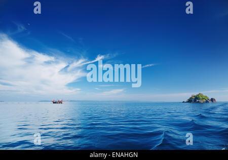 Seascape avec mer calme et le ciel bleu, l'archipel de Trat, Thaïlande Banque D'Images