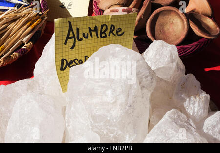 De l'alun en vrac sur l'affichage au marché, l'Andalousie, en Espagne.