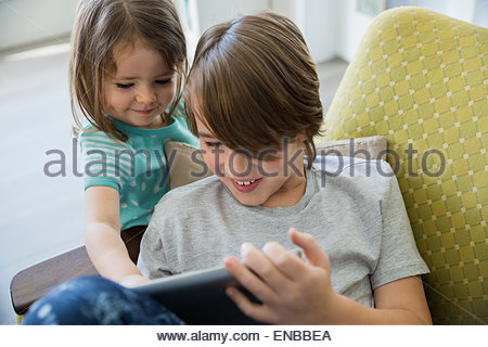 Frère et sœur sharing digital tablet Banque D'Images