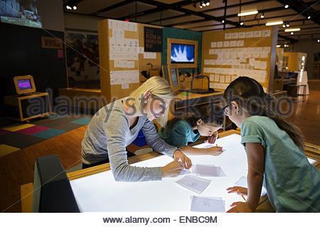 La recherche sur table lumineuse à science center Banque D'Images