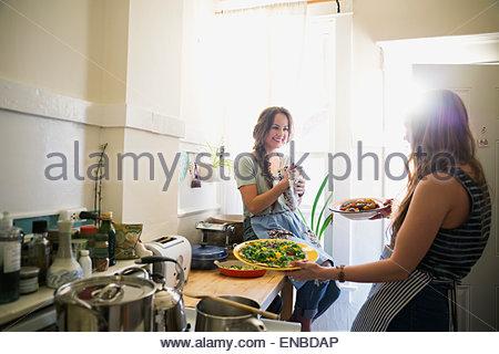La cuisine d'amis et parle de cuisine ensoleillée Banque D'Images