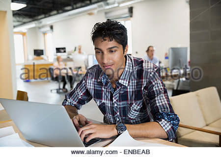 Businessman working at desk in office Banque D'Images