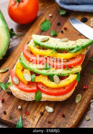 Sandwich à l'avocat végétarien avec tomate et paprika Banque D'Images