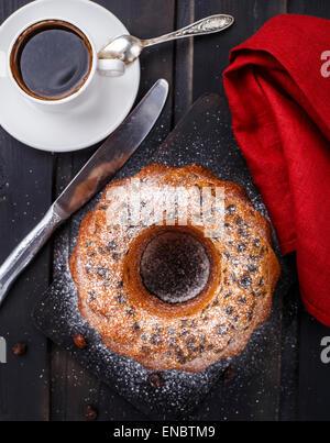 Gâteau au raisin sur une planche en bois noir