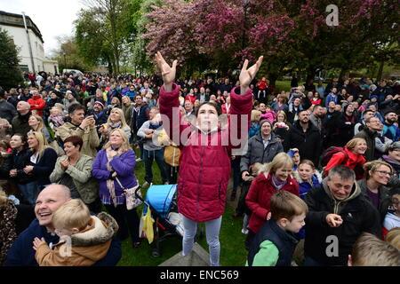 Reading, UK. 2e mai 2015. Une jeune fille dans l'espoir d'attraper un morceau de pain qui est lancée à partir de la tour de l'église à tous les saints de l'église paroissiale de Wath près de Rotherham, dans le Yorkshire du Sud. Une centaine de pain bun sont jetés à la foule d'attente ci-dessous dans le cadre de l'assemblée annuelle du Festival wath. Photo: Scott Bairstow/Alamy