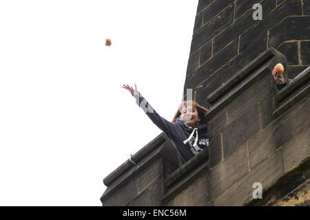 Reading, UK. 2e mai 2015. Un membre de l'église jette un morceau de pain à partir de la tour de l'église à tous les saints de l'église paroissiale de Wath près de Rotherham, dans le Yorkshire du Sud. Une centaine de pain bun sont jetés à la foule d'attente ci-dessous dans le cadre de l'assemblée annuelle du Festival wath. Photo: Scott Bairstow/ Alamy