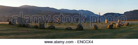 En regardant vers le sud du cercle de pierres de Castlerigg, vers Saint John's, dans la vallée de l'aube Banque D'Images