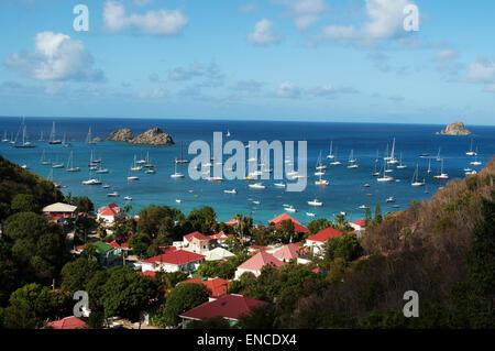 St Barth, Saint-barth, Saint-Barthélemy: la mer des Caraïbes avec les voiliers dans le port de Gustavia vu depuis Banque D'Images