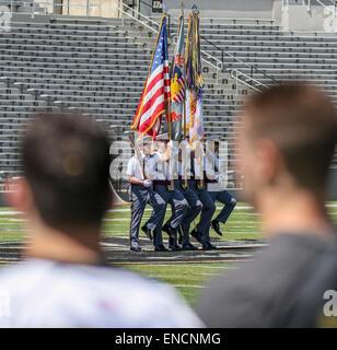 New York, USA. 2 mai, 2015. Regardez sur les joueurs pendant l'hymne national avant la partie de crosse NCAA entre Banque D'Images