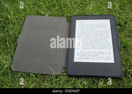 Amazon Kindle e-Book Reader sur l'herbe Banque D'Images