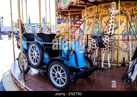 France Paris ancienne voiture Renault sur un carrousel en face de l'Hôtel de Ville, Paris