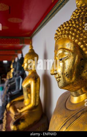 Statues en or de Bouddha dans le temple Wat Po, Bangkok, Thaïlande Banque D'Images