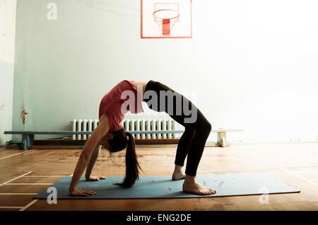 Caucasian dancer stretching et gym dans l'équilibrage Banque D'Images