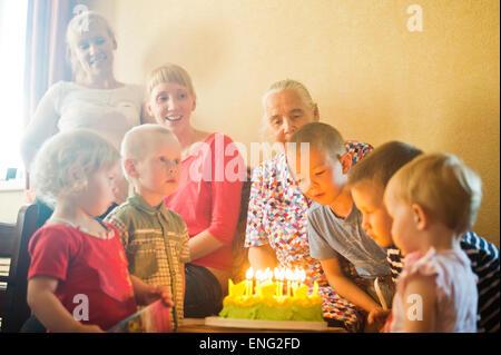 Caucasian multi-generation family celebrating birthday Banque D'Images