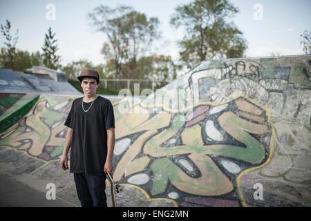 Caucasian man standing at skate park Banque D'Images