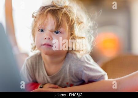 Caucasian baby boy sur le site à l'écran de l'ordinateur Banque D'Images