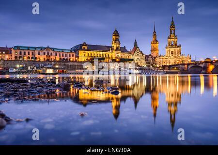 Dresde, Allemagne vieille ville skyline, sur l'Elbe.