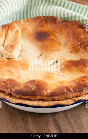 Accueil à tarte cuite avec une pâte feuilletée dorée au four dans une croûte à tarte de l'émaillerie peut être utilisé Banque D'Images