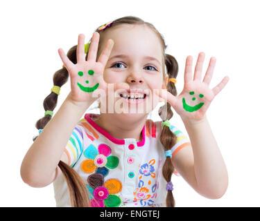 Petite fille montrant les mains peintes avec drôle de visage isolé Banque D'Images